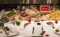 Fischen Sie auf Eis und Erzeugnis auf Anzeige im italienischen Restaurant Stockfotos