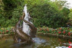 Fischen Sie Brunnen im japanischen Garten, Butchard-Gärten, Victoria, Kanada Lizenzfreie Stockfotos