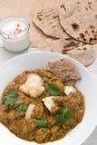 Fischen Sie Currymahlzeit mit Chapati Flatbread u. raita stockfoto