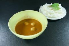 Fischen Sie Currysoße und Suppennudeln auf schwarzem Hintergrund Lizenzfreie Stockfotos
