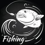 Fischen Sie das Herausspringen des Wassers, um den Köder zu ergreifen Lizenzfreies Stockfoto