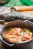 Fischen Sie die Suppe, die vom Frischgemüse und von den Lachsen gemacht wird Lizenzfreie Stockfotografie