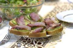 Fischen Sie Sandwiche mit Sprotten, Sardinen und Gemüsesalat abschluß Lizenzfreie Stockfotos