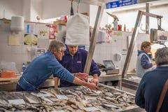 fischen Sie Verkäufer in einem traditionellen Fischmarkt, der jeder Sonntag in Albufeira, Algarve, Portugal stattfindet lizenzfreie stockbilder