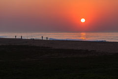 Fischen-Strand-Brandungs-Morgen-Sonnenaufgang Stockfotos