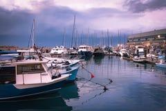 Fischen u. Vergnügungsdampfer angekoppelt im Hafen während des Sturms - Jaffa, Israel Lizenzfreies Stockfoto