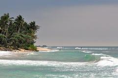Fischen und Küstenlinie Sri Lankas Pole lizenzfreie stockfotos