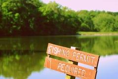 Fischen-Zeichen auf einem See Stockbild