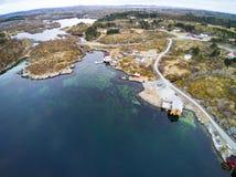Fischenbucht im Vorfrühling, norwegischer Fjord von oben Stockfotografie