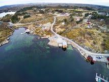 Fischenbucht im Vorfrühling, norwegischer Fjord von oben lizenzfreie stockfotos