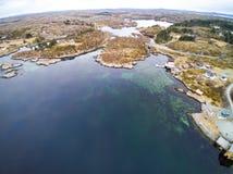 Fischenbucht im Vorfrühling, norwegischer Fjord von oben Lizenzfreie Stockfotografie