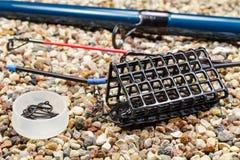 Fischenfuttertröge mit Angelrute und Haken Lizenzfreies Stockfoto