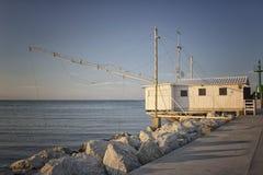Fischenhütte auf dem Hafenkanal Lizenzfreies Stockfoto