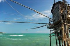 Fischenhütte aufgebaut auf Stapel stockbild