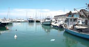 Fischenhafen in Israel füllte mit Fischerbooten stock footage