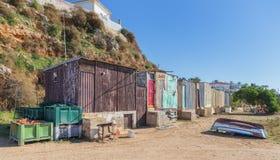 Fischenhütten auf dem Strand im Dorf von Ferragudo. Lizenzfreies Stockfoto
