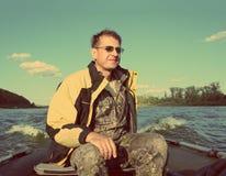 Fischenmänner auf Boot mit Motor - Weinleseretrostil Lizenzfreies Stockfoto