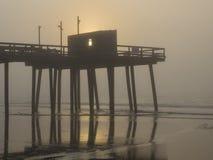 Fischenpier bei Sonnenaufgang lizenzfreies stockbild