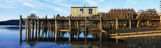 Fischenpier mit Hummerfallen in Maine Stockfoto