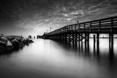 Fischenpier und -anlegestelle im Chesapeake setzen, Maryland auf den Strand Lizenzfreie Stockbilder