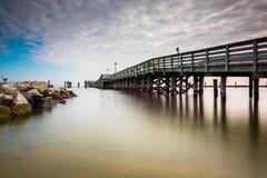 Fischenpier und -anlegestelle im Chesapeake setzen, Maryland auf den Strand Lizenzfreies Stockbild