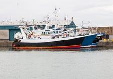 Fischenschleppnetzfischer angelegt am Kai Lizenzfreie Stockfotos