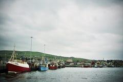 Fischenschleppnetzfischer im irischen Hafen Stockfotos