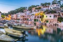 Fischenstadt Cala Figuera an der blauen Stunde lizenzfreie stockbilder