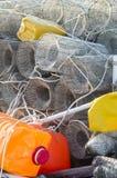 Fischenweidenkörbe und farbige Plastikflaschen benutzt, wie schwimmend Lizenzfreie Stockfotografie
