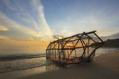 Fischenwerkzeug in der thailändischen Art auf Strand, der Ansicht von schönem Meer und von Himmel im Morgen als Hintergrund hat Stockfotos