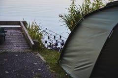 Fischenzelt mit einer Angelrute lizenzfreie stockfotografie