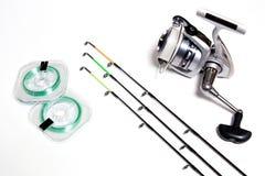 Fischenzubehör auf weißem Hintergrund Stockfoto