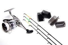 Fischenzufuhr und -spule mit Zubehör auf weißem Hintergrund Stockfotografie