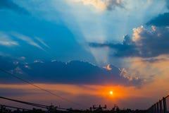 Fischer auf Boot in Meer mit Sonnenuntergang Stockfotografie