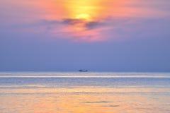 Fischer auf Boot morgens mit Sonnenaufgang stockfotos