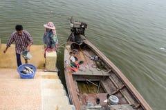 Fischer auf Bootssegeln am Abend im Andaman-Meer, Phi Phi Islands, Krabi, Thailand lizenzfreie stockbilder