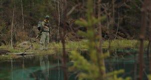 Fischer auf den Steinen fangen Fische im rauen Wasser stock video footage