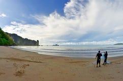 Fischer auf der AO Nang setzen, Thailand auf den Strand lizenzfreie stockfotografie