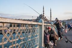 Fischer auf der Galata-Brücke lizenzfreie stockbilder