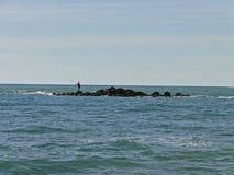 Fischer auf der Insel im Meer Lizenzfreie Stockfotografie