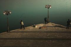 Fischer auf der Stadtufergegend stockfoto