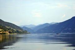 Fischer auf Donau-Fluss und Panorama Lizenzfreies Stockbild