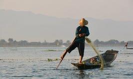 Fischer auf einem See auf Myanmar Lizenzfreie Stockfotos