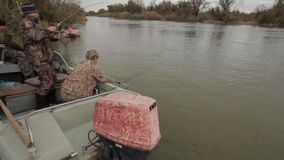Fischer auf Fischen stock video