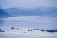 Fischer auf Fluss bei Sonnenuntergang lizenzfreie stockfotografie