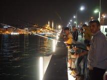 Fischer auf Galata-Brücke Stockfotografie