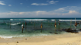 Fischer auf Stelzen auf der Küste von Sri Lanka Lizenzfreies Stockfoto