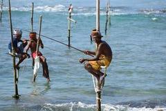 Fischer auf Stelzen auf der Küste von Sri Lanka Stockbilder