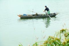 Fischer auf wenigem Boot Lizenzfreies Stockbild