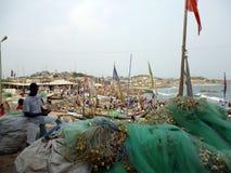 Fischer bei der Arbeit über den Strand ghana stockbild